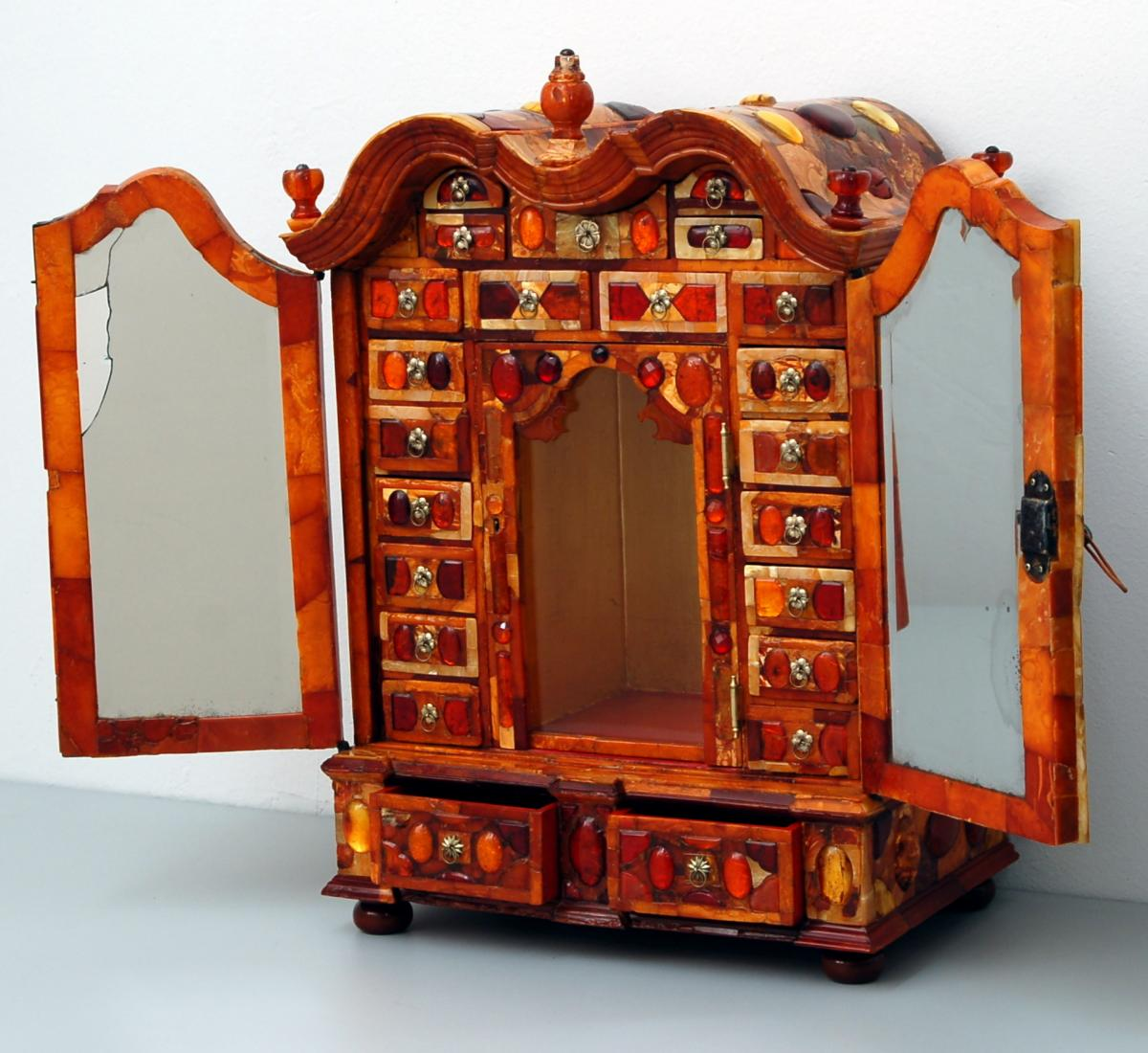 Art Culo Sobre La Restauraci N De Un Excepcional Mueble De Mbar  # Muebles Peinadores De Madera